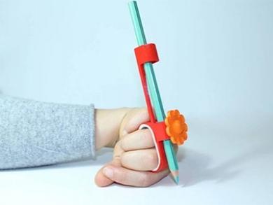 Designers criam lápis para crianças com deficiência